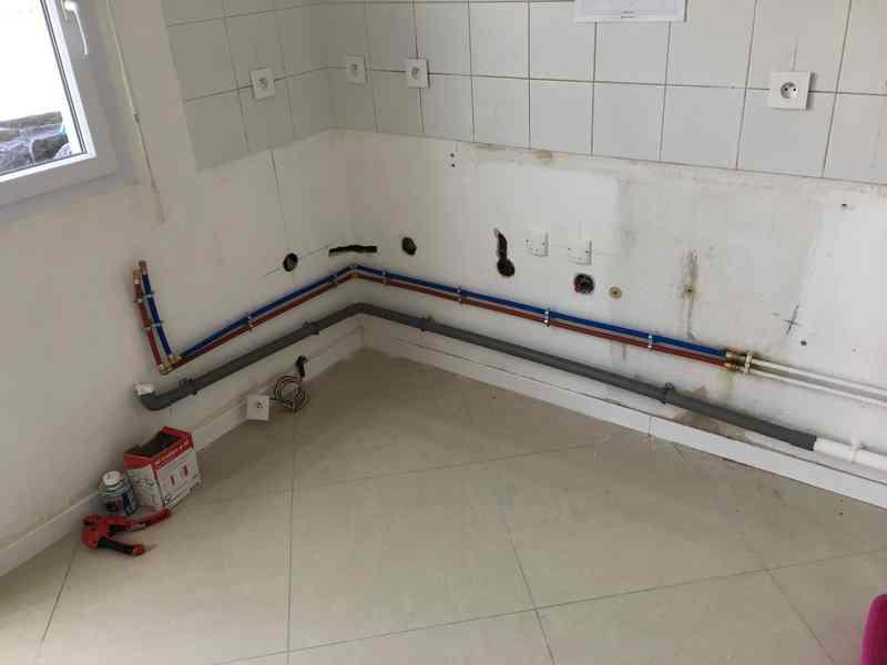 Logo de BFS BATIMENT, société de travaux en Fourniture et installation de lavabos, baignoires, douches, WC...